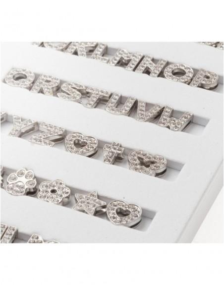 Silberfarbene Buchstaben komplett mit hellen Steinen bestückt