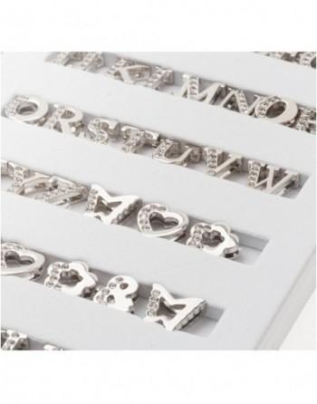 Silberfarbene Buchstaben teilweise mit hellen Steinen bestückt
